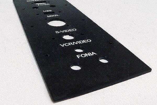 Grawerowanie pleksi czarny panel audio