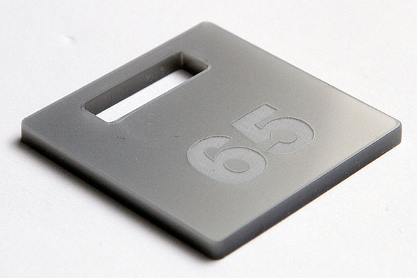 Grawerowanie srebrnej pleksi