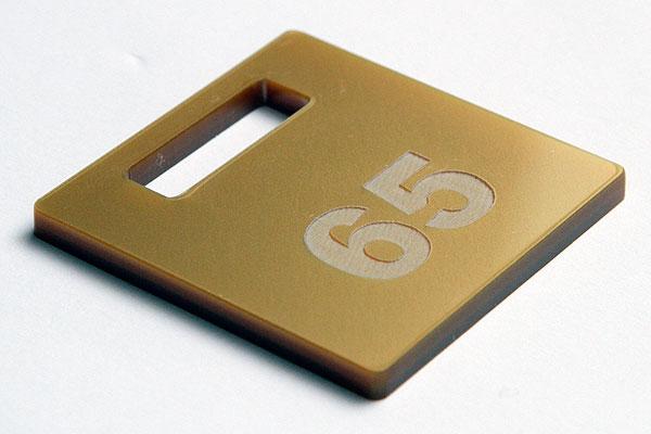 Grawerowanie złotej plaksi