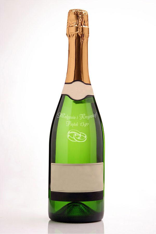 Grawerowanie na butelkach szampana