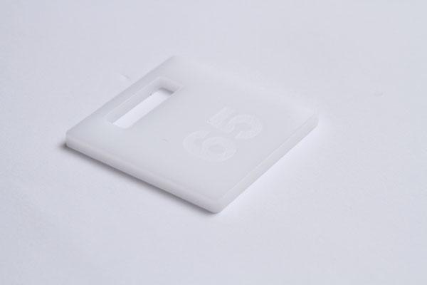 Numerek do szatni lub do kluczy na białej pleksi