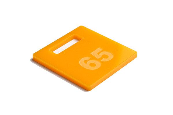 Numerek do szatni lub do kluczy na żółtej pleksi