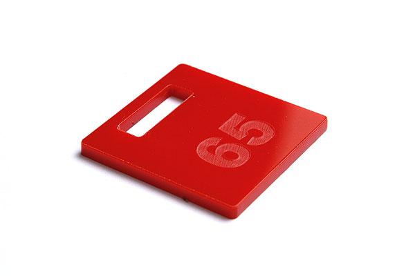 Numerek do szatni lub do kluczy jasno czerwonej pleksi