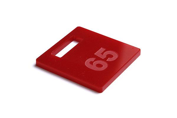 Numerek do szatni lub do kluczy na ciemno czerwonej pleksi