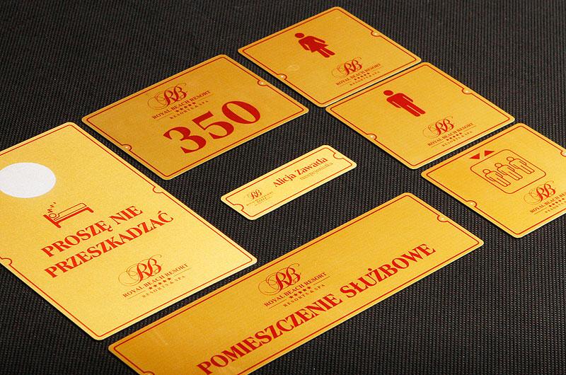 Nowoczesne numerki dla hotelu w kolorze złoto bordowym