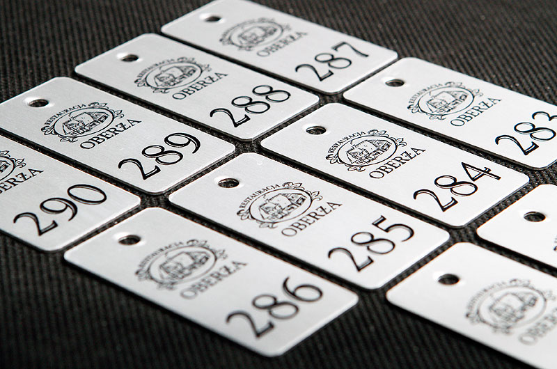 Metalowe numerki do szatni i do kluczy w kolorze aluminium