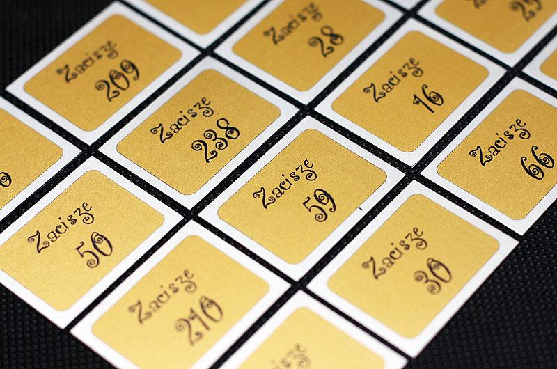Metalowe numerki na drzwi w kolorze srebrno-złoto-czarnym