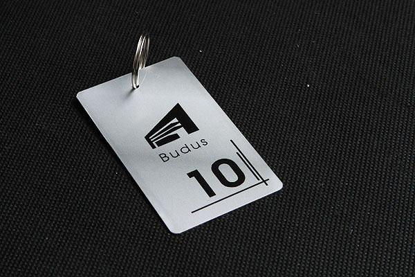 numerek metalowy do kluczy w biurowcu w kolorze srebrnym