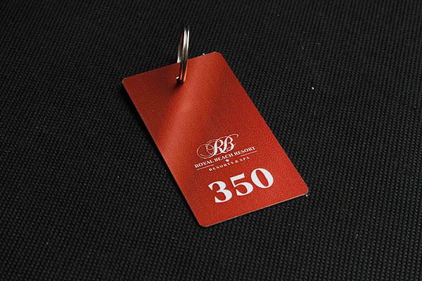 nieścieralny, metalowy numerek do kluczy w kolorze bordowym