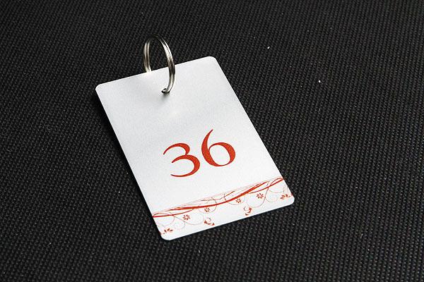 metalowy numerek do kluczy w kolorze srebrno-bordowym