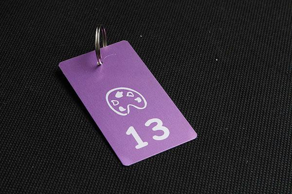 metalowy numerek do kluczy z kółeczkiem w kolorze fioletowym