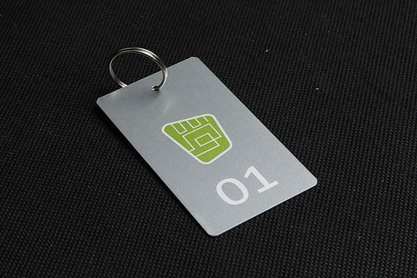 Metalowy numerek do kluczy w kolorze szaro-zielonym