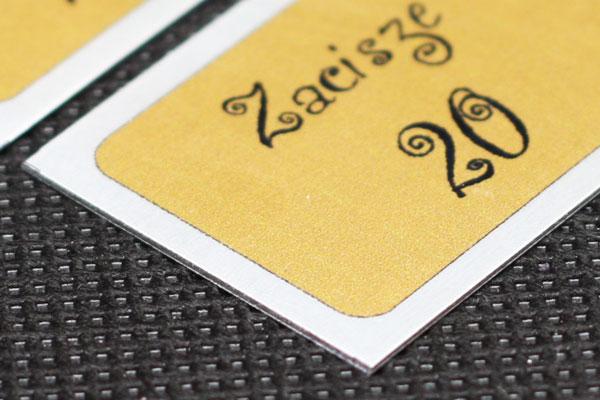 metalowy numerek do kluczy w kolorze złoto czarnym