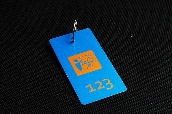 metalowy numerek do kluczy w kolorze niebiesko-pomarańczowym