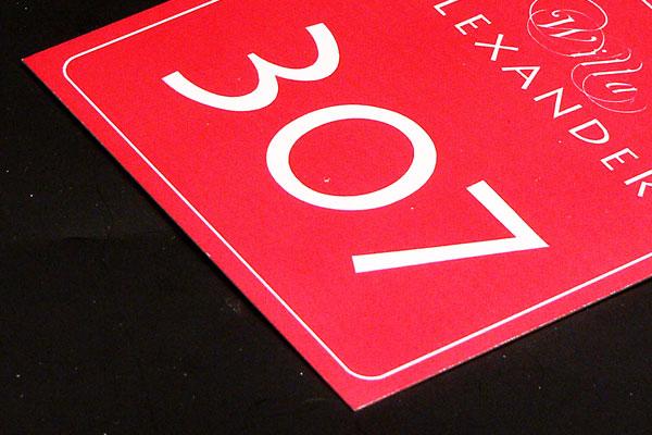 Ozdobny metalowy numerek do kluczy w kolorze czerwono srebrnym
