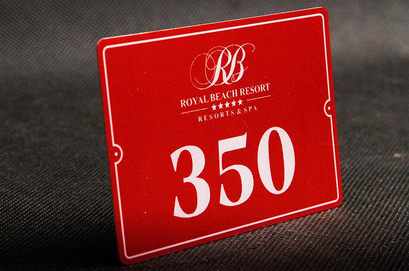 Metalowy numerek na drzwi dla hotelu w kolorze ciemno czerwonym