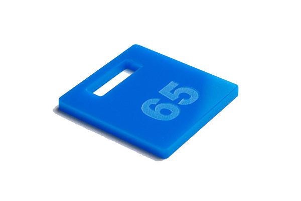 Numerek do szatni lub do kluczy na jasno niebieskiej pleksi