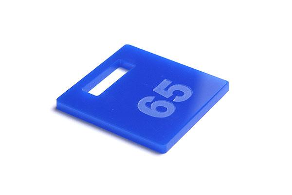 Numerek do szatni lub do kluczy na niebieskiej pleksi