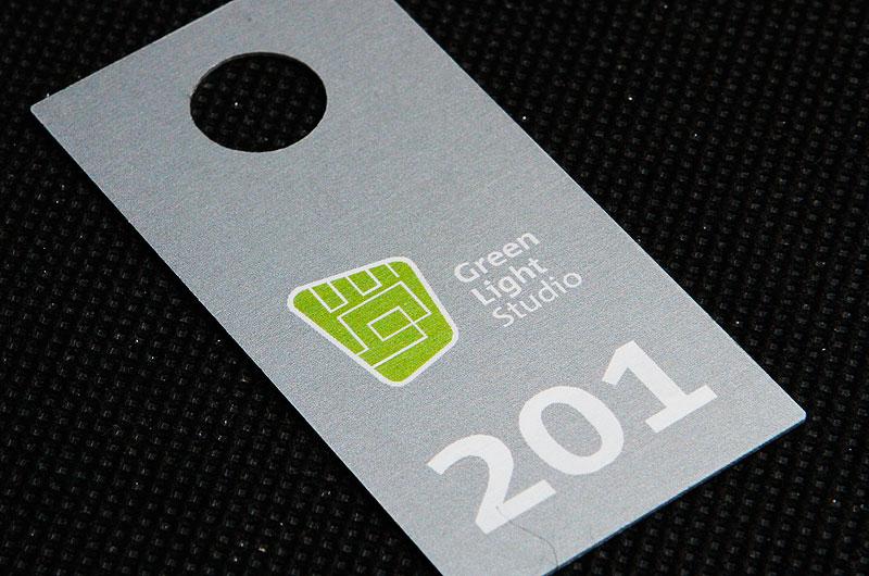 Metalowy numerek do szatni w biurowcu, w kolorze szaro zielonym , drukowany, nieścieralny