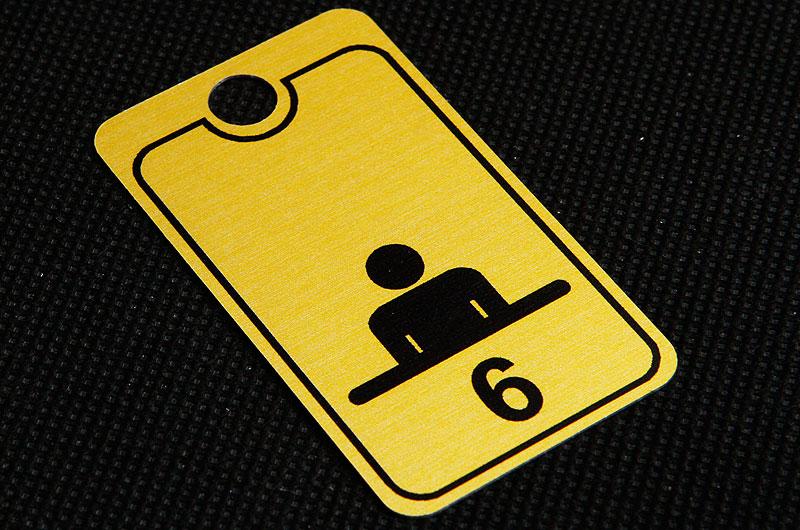 Metalowy numerek do szatni w urzędzie. żółto czarny, drukowany, nieścieralny