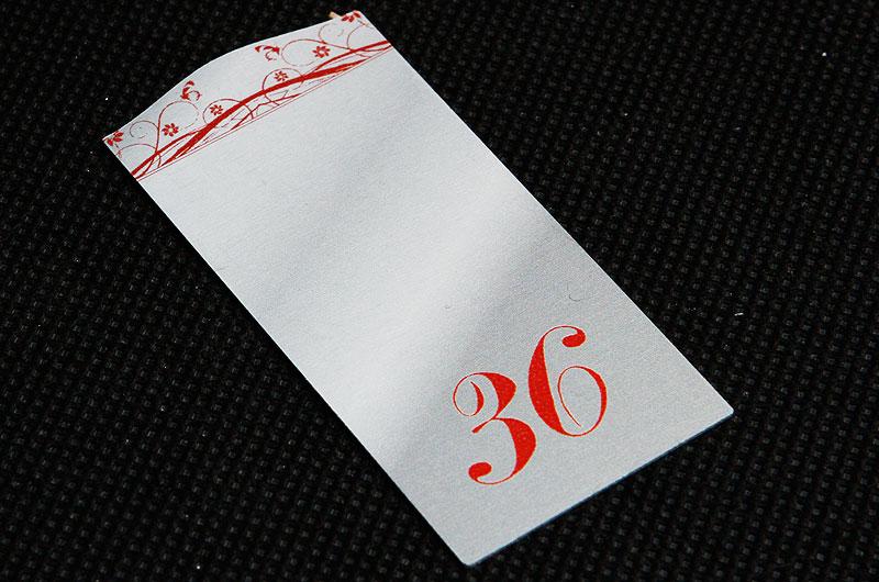 Metalowy numerek do szatni w restauracji, srebrno bordowy, drukowany, nieścieralny