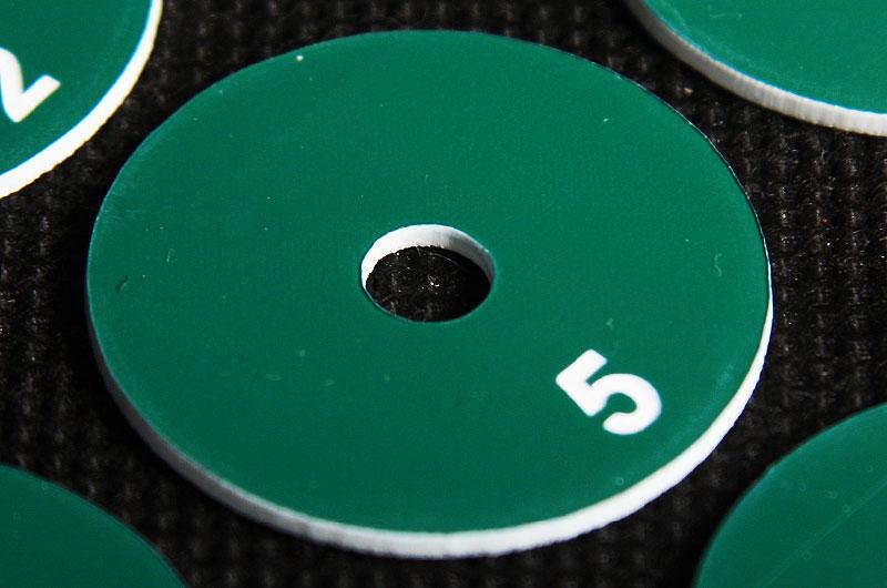 Okrągły numerek do szatni z otworem w środku, zielono biały laminat grawerowany