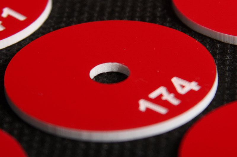 Numerek do szatni z otworem w środku, czerwono biały laminat grawerowany
