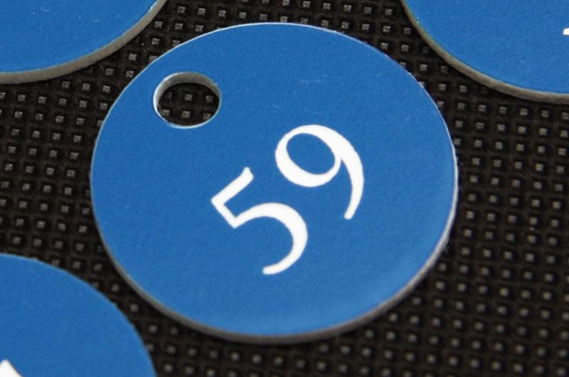 Okrągły numerek do szatni, niebiesko biały grawerowany