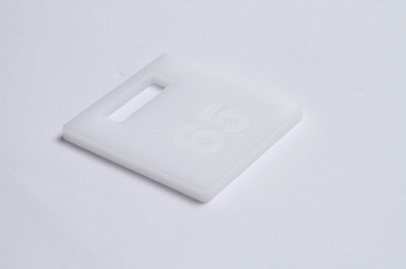 Biały numerek do szatni z pleksi grawerowany