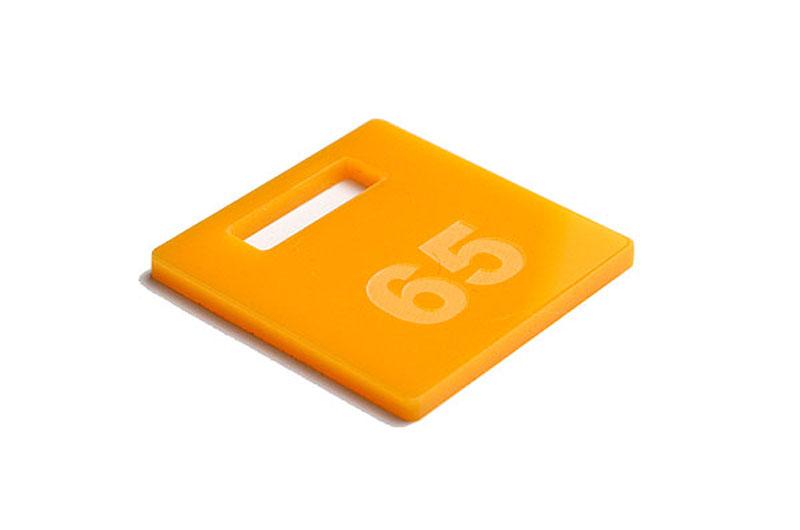 Żółty numerek do szatni z pleksi grawerowany laserem