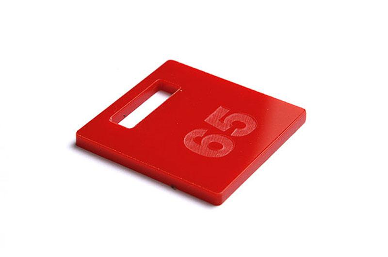 Czerwony numerek do szatni z pleksi grawerowany