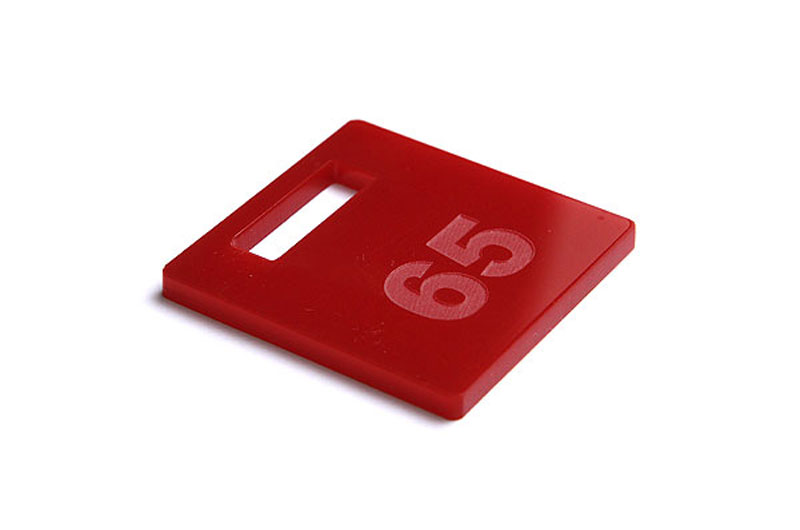 Ciemnoczerwony numerek do szatni z pleksi grawerowany laserowo