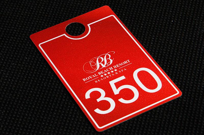 Metalowy numerek do szatni dla hotelu