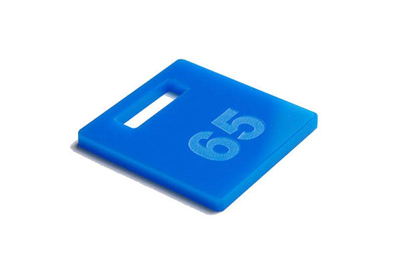 Niebieski numerek do szatni z pleksi