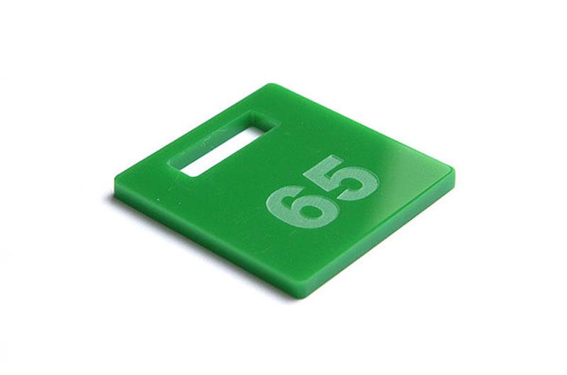 Zielony numerek do szatni z pleksy grawerowany laserem