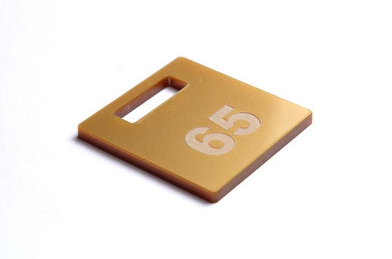 Złoty numerek do szatni z pleksi grawerowany laserowo