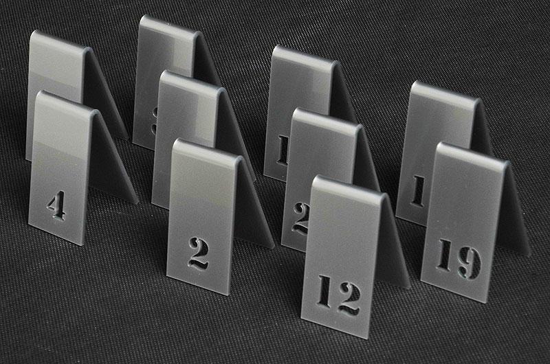 Srebrne numery stołów z pleksi