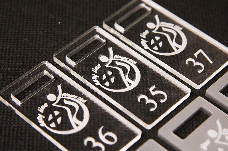 Numerki z bezbarwnej pleksi o grubości 3 mm
