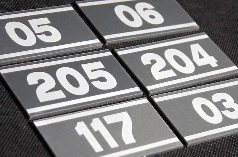 Samoprzylepne numerki na drzwi z srebrnej pleksi na drzwi