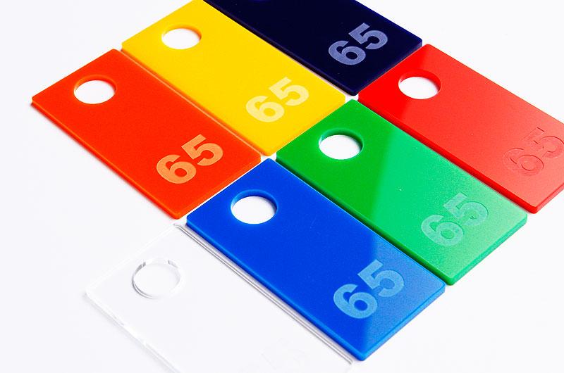 Numerki do kluczy z pleksi wzór kształtu prostokąt z dużą dziurką