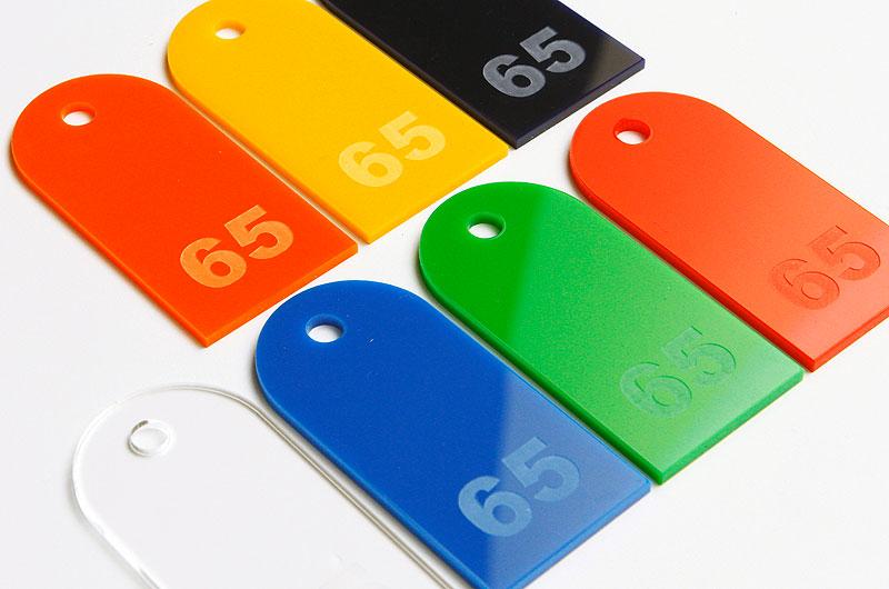 Numerki do kluczy z pleksi wzór kształtu zaokrąglony prostokąt z małą dziurką