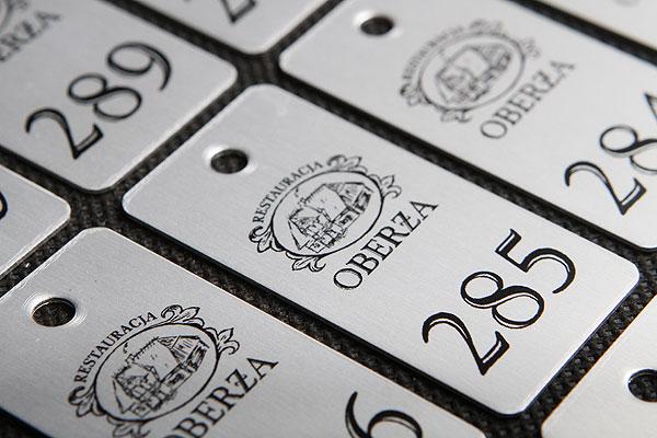 Ozdobny metalowy numerek do kluczy w kolorze srebrno czarnym
