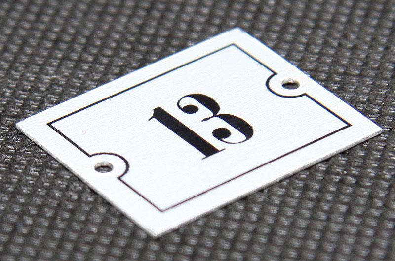 Metalowy numerek na krzesło, fotel na salę widowiskową