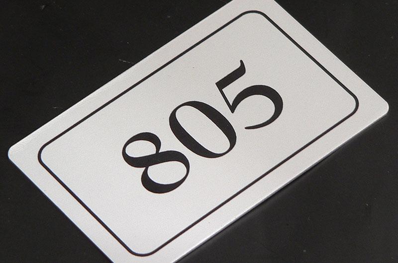 Metalowy numerek na drzwi szafki na basenie
