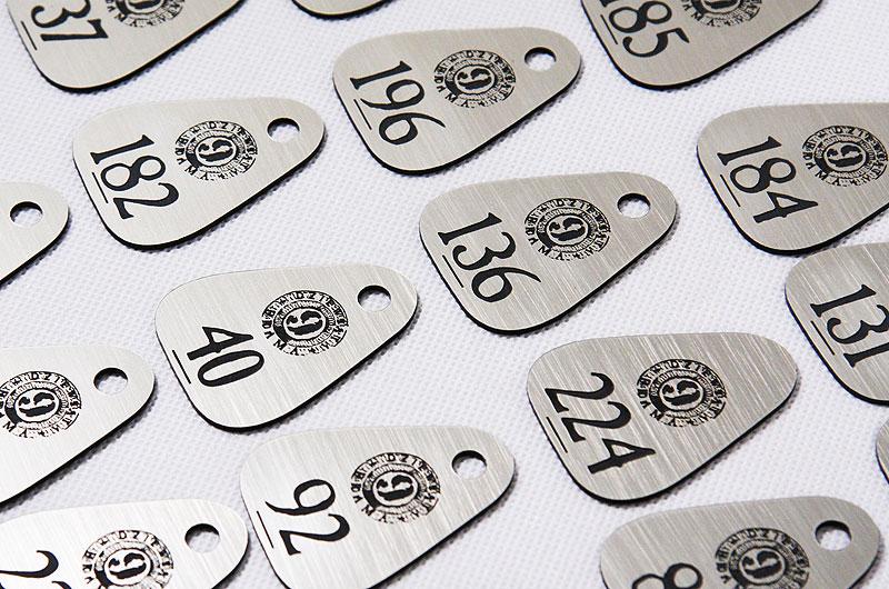 Plastikowe numerki do szatni dla klubu dyskoteki