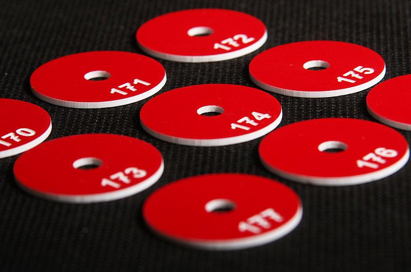 Plastikowe numerki marki narzędziowe w kolorze biało czerwonym