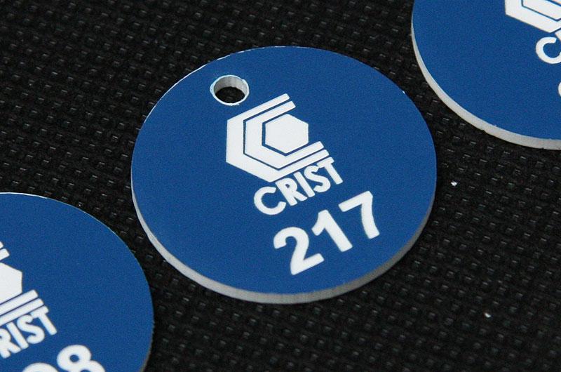 Okrągły plastikowy numerek do kluczy w kolorze niebiesko białym