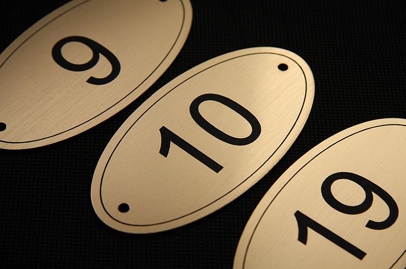 Owalne plastikowe numerki na drzwi w kolorze złoto czarnym