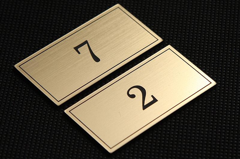Plastikowe numerki na drzwi w kolorze złoto czarnym bez otworów