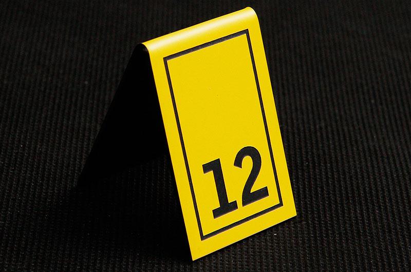 Plastikowy numerek na stół w kolorze żółto czarnym